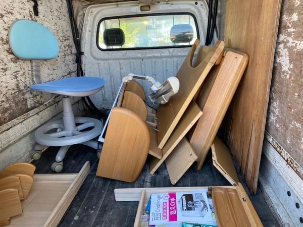 「久留米市 不用品回収」2階から机の運び出しサムネイル